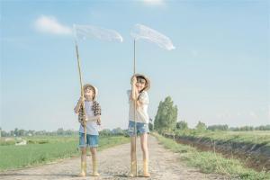 Ngắm loạt ảnh ấu thơ đẹp như sương mai của 3 bố con Sóc Nhím